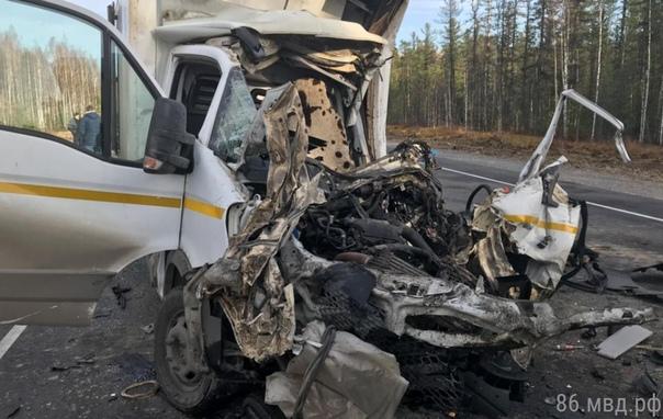 """На трассе под Нефтеюганском фургон """"собрал"""" несколько машин, водитель грузовика погиб"""