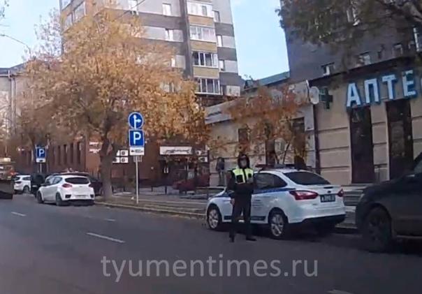 Работа инспектора ГИБДД на участке, где не работал светофор, возмутила тюменцев. ВИДЕО