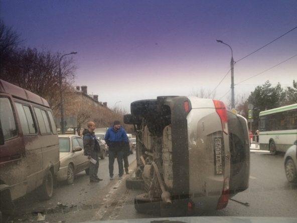 На Ямской пьяный водитель RAV4 умудрился завалить машину набок