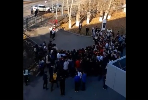 Верните Садлинского! В Боровском дети вышли на митинг в защиту учителя ОБЖ