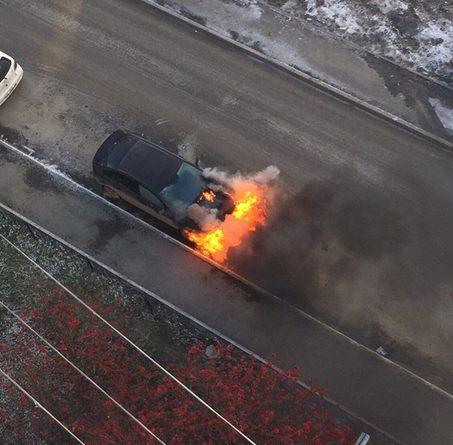 Во дворе на Мельникайте загорелась легковушка. ВИДЕО пожара