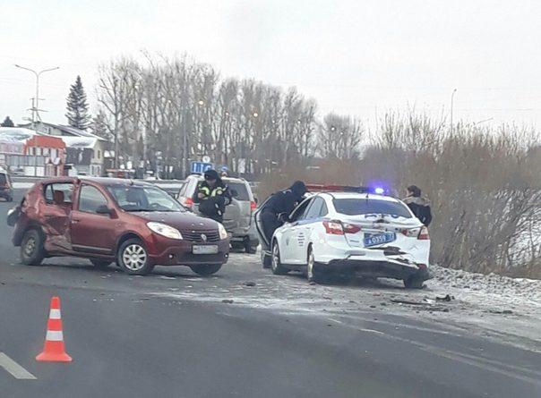 Водитель Renault Logan врезалась в патрульные машины ДПС, припаркованные на обочине Салаирского тракта
