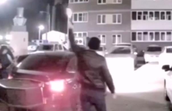В Тюмени ночью пьяные мужчины начали стрелять из пистолетов. ВИДЕО