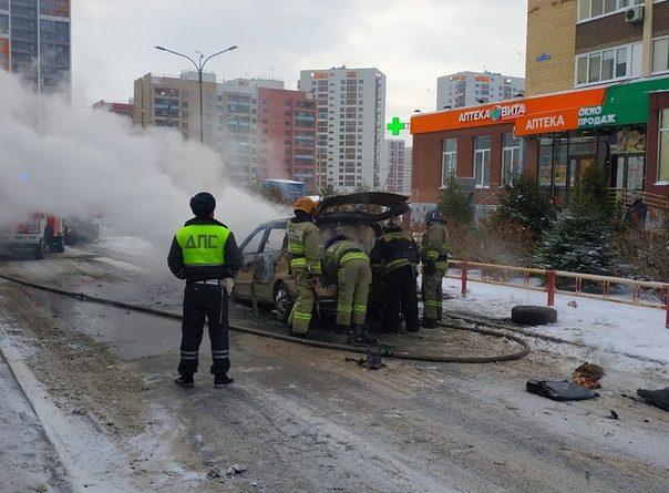В тюменской Зареке сгорел легковой автомобиль. ФОТО, ВИДЕО очевидца