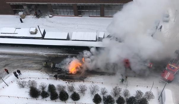 Появилось ВИДЕО возгорания легковушки на Газовиков в Тюмени