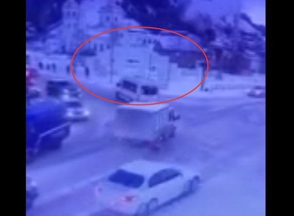 """""""Планово или ветром сдуло?"""" Обрушение стены ледового городка в Ханты-Мансийск попало на ВИДЕО"""