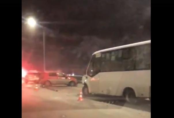 Массовая авария на объездной в районе Лесобазы: автобус влетел в стоящие автомобили