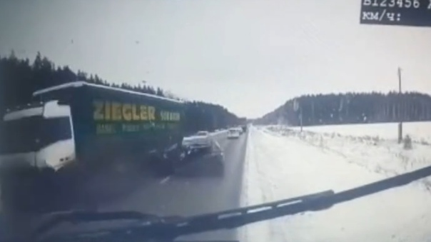 Hyundai протаранил фуру на трассе Тюмень -Екатеринбург. ВИДЕО момента аварии