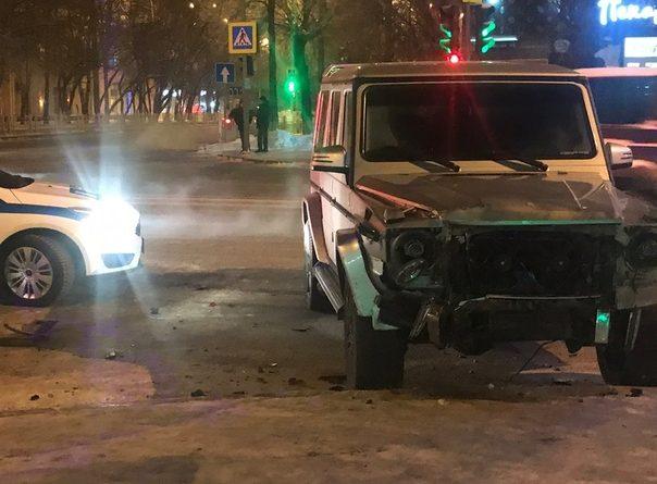 "В Тюмени на Ямской ""Гелендваген"" врезался в автомобиль такси"