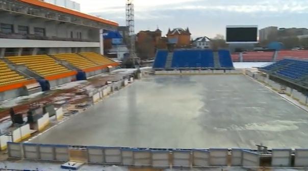 """В Тюмени пройдет хоккейный матч на открытом воздухе. На футбольном стадионе """"Геолог"""" уже залили лед"""
