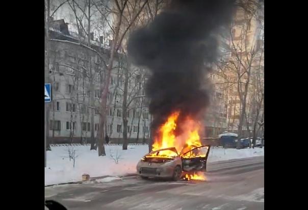 """На дороге в Тюмени загорелся """"Пежо"""". ВИДЕО"""