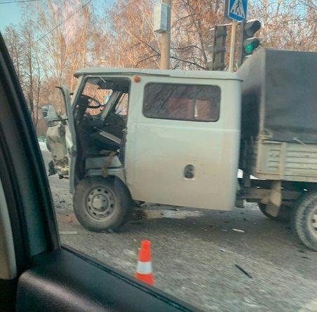 На Интернациональной Hyundai врезался в УАЗ, трое пострадавших