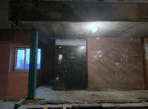 Убийство в подъезде дома на Геологоразведчиков: подозреваемого обнаружили рядом в теплотрассе