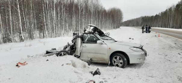 На трассе Тюмень-Ханты-Мансийск Camry залетела под КАМАЗ, водитель погиб
