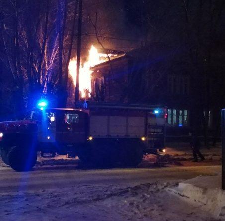 """Ночной пожар на """"Маяке"""" в Тюмени: горела жилой дом на 12 квартир"""