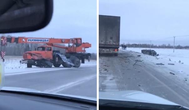 На трассе Тюмень-Тобольск автобус врезался в автокран и перевернулся. ВИДЕО очевидца