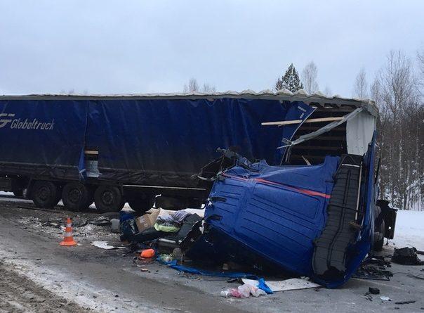 """Крупная авария с фурами под Туртасом: """"У Volvo разорвало кабину"""""""