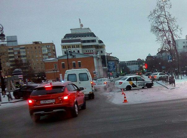 Утром в центре Тюмени автомобиль такси столкнулся с легковушкой