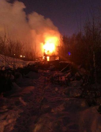 "В Тюмени на Береговой горят дома: ""Эта территория давно продана под застройку"". ВИДЕО очевидцев"