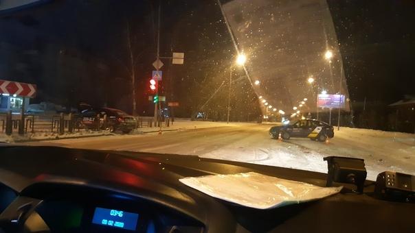 Ночью на Харьковской столкнулись два автомобиля такси, после чего один таксист сбежал
