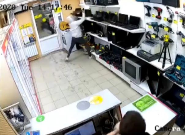 Дерзкое ограбление тюменской комиссионки зафиксировала камера наблюдения магазина