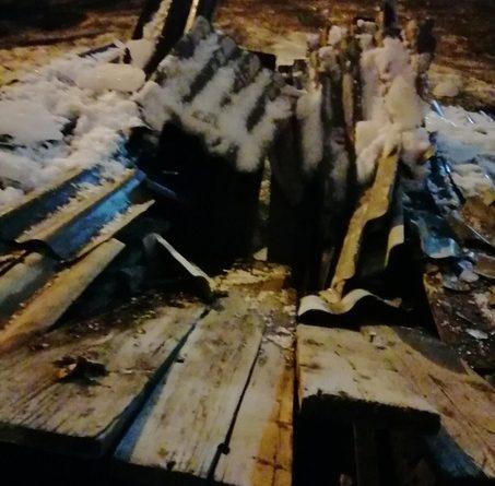 Ночью упавшая глыба льда проломила крышу подъезда дома на Орджоникидзе