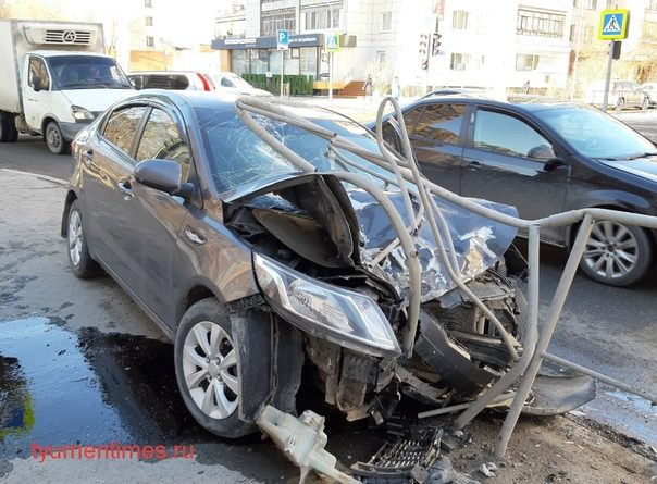 В Тюмени на Малыгина легковушку насадило на металлический забор