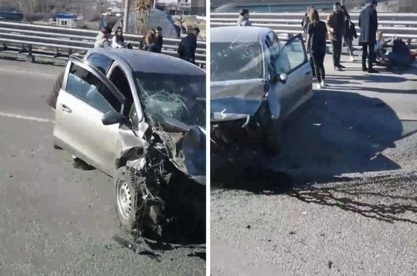 """На мосту Монтажников об отбойник """"размотало"""" KIA Ceed: водитель утверждает, что ее """"подрезали"""""""