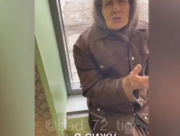 """Видео про бабушку, которой незнакомый парень купил продукты, растрогало тюменцев: """"Ей 90 лет, после аварии плохо ходит"""""""