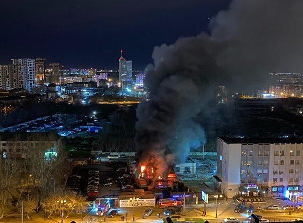 """В центре Тюмени второй раз за месяц горело здание бывшего кафе """"Триан"""""""