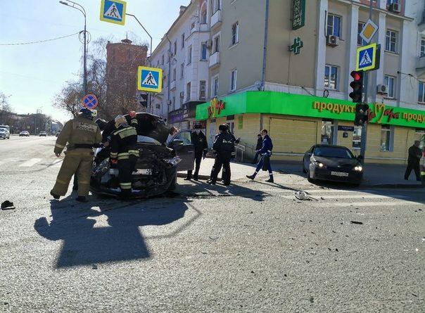 В центре Тюмени Infiniti, проскочив на красный, врезался в Alfa Romeo