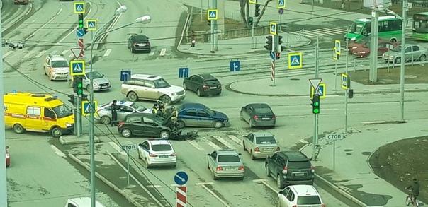 """Пенсионер на Renault перепутал светофоры и устроил жесткое ДТП у """"Вояжа"""""""