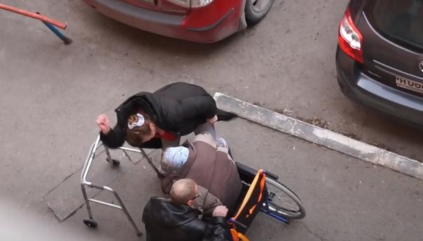"""В Тюмени избили бабушку на инвалидной коляске, после чего ее забрала """"скорая"""": следователи проверяют резонансное видео"""