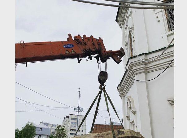 Старинный гроб вывезли из Спасской церкви в Тюмени