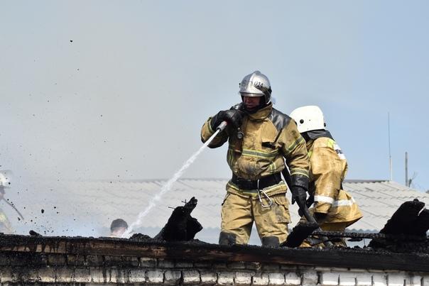 В Тюмени горел гараж на территории ИК-4. ФОТО, ВИДЕО с места возгорания