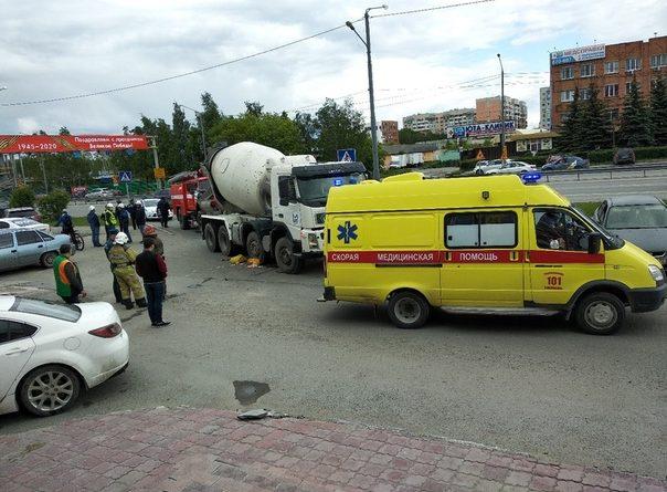 В Тюмени на Мельникайте грузовик сбил женщину