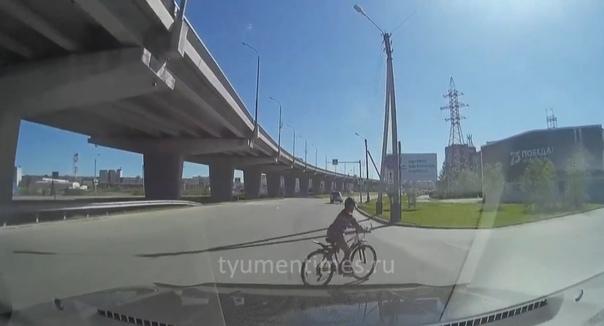 В Новом Уренгое легковушка сбила 10-летнего велосипедиста, который неожиданно выехал на дорогу