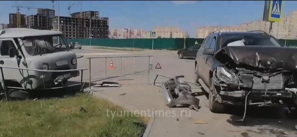 """Мерседес проломил забор, а """"буханка"""" повисла на нем. Авария в Тюменской слободе"""