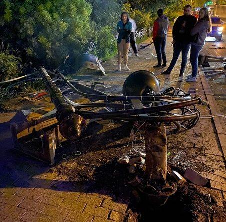 Смертельное ДТП в центре Тюмени: Mazda 6 протаранила фонарный столб и слетела с Никольского моста