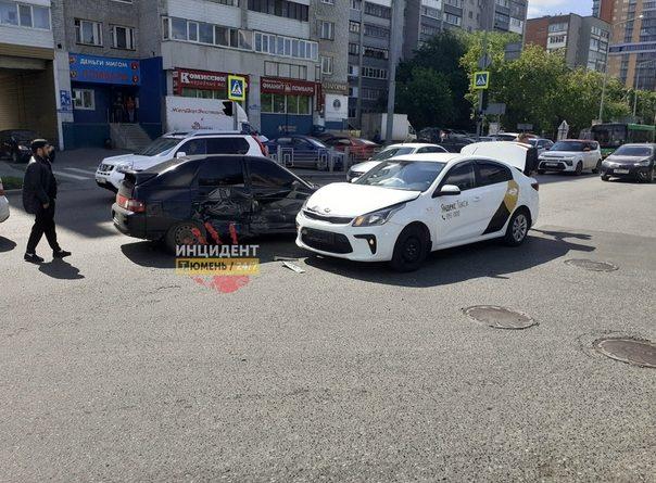 """Подробности аварии на Профсоюзной, где автомобиль Яндекс-такси протаранил """"двенадцатую"""""""