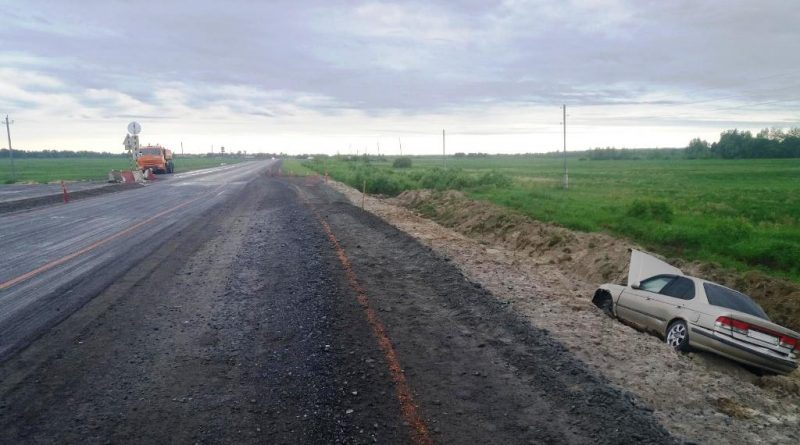 """Пьяный лишенец на """"Ниссане"""" наехал на двух дорожников на трассе под Ярково"""