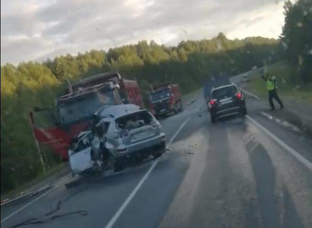 """""""Самосвал еще 30 метров тащил Mitsubishi"""". Три человека погибли в жуткой аварии под Демьянским"""