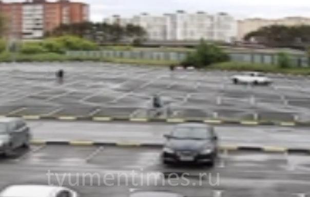 Дрифтер сбил пешехода на стоянке в Тюмени. ВИДЕО