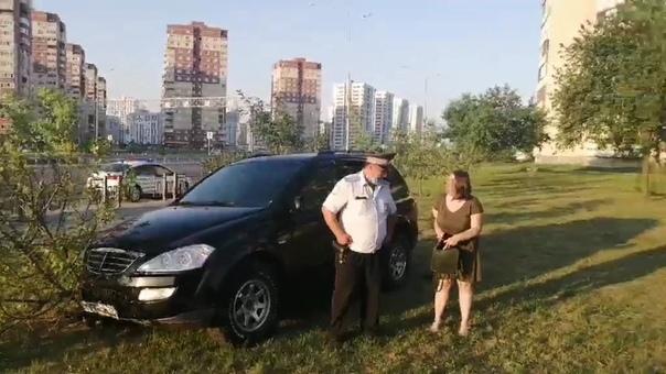 Рано утром нетрезвая тюменка на паркетнике каталась по газонам улицы Монтажников
