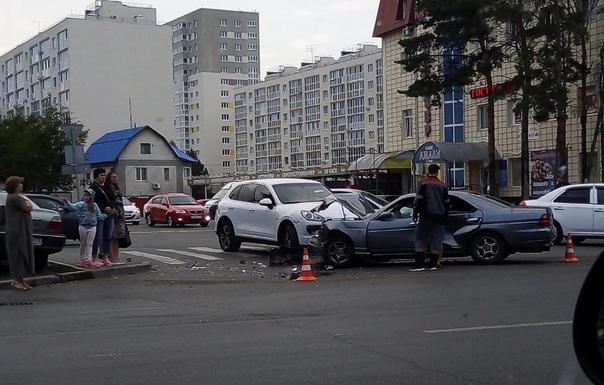 """На Московском тракте из-за """"Нексии"""" лоб в лоб сошлись Porsche и Nissan"""