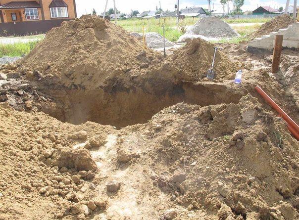 ЧП в Перевалово: на мужчин, рывших яму для септика, обрушился грунт