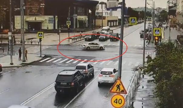 Такси занесло в столб. Момент ДТП в центре Тюмени попал на ВИДЕО