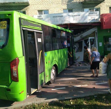 В Тюмени на Ямской автобус влетел в книжный магазин