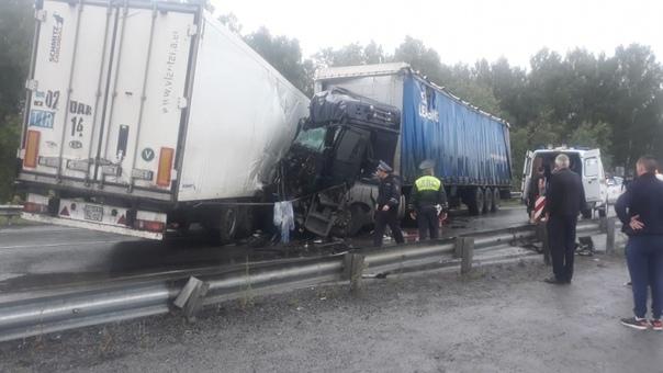 Лобовая авария двух фур на 3 часа полностью парализовала движение на трассе Тюмень - Екатеринбург