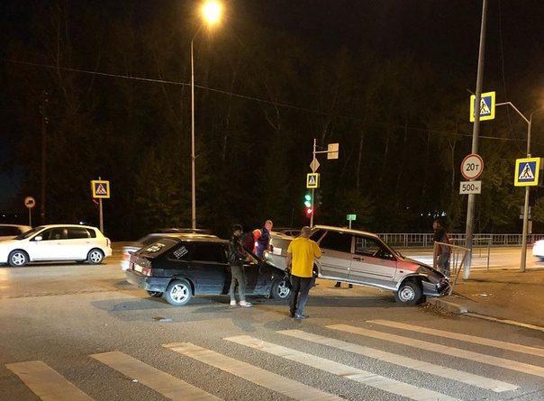 Необычная авария в Зареке: один ВАЗ повис на капоте второго